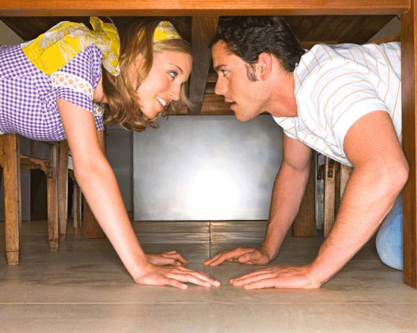 ¿Quién no se ha imaginado alguna vez tocando a su pareja por debajo de una mesa?
